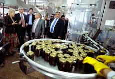 Ambasadorul Confederaţiei Elveţiene la Bucureşti, Jean Hubert Lebet, a vizitat ieri fabrica fabrica de magiun Topoloveni a producătorului român Sonimpex, declarând că speră ca magiunul de prune de la Topoloveni să ajungă în curând pe rafturile magazinelor din Elveţia.